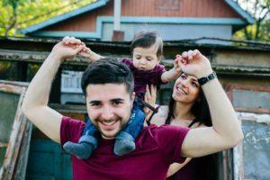 Familia Joven Feliz en la naturaleza